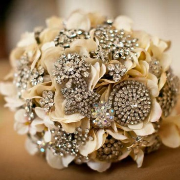 brooch bouquet with ivory flowers via zsazsa